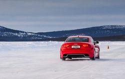 Красный автомобиль на льду